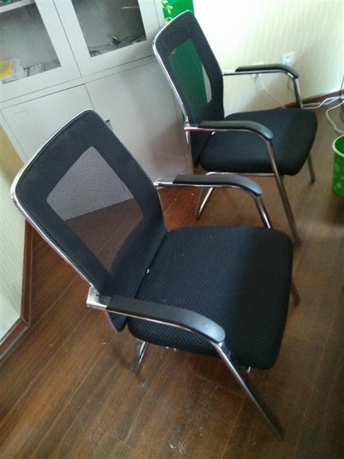 3張辦公桌,2把椅子,1個書柜,剛用3個...