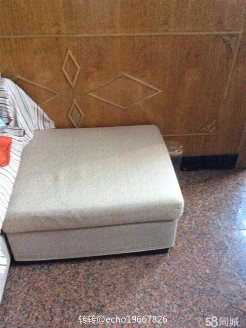 素色沙發,長兩米,帶貴妃榻。九成新。有意者請聯系。無車,自取。