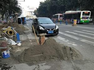金港国际搞个装修材料就没有地方放,放在大公路上来回让车把沙扬的灰尘满天飞