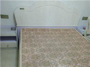 床带床垫二个床头柜