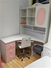 有一套二手书桌和衣柜出售。使用时间不长,非常完整,没有破损。有意者电话联系。价格面议。