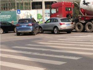 红绿灯还是坏的,富顺二环路红绿灯口又出事了