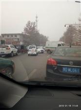 真没素质,插队还堵路,一封城市广场停车场路口。