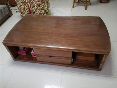 因搬遷,現將使用一年的實木品牌沙發及茶幾出售。家具高端大氣,又時經一年,不會對家人健康有任何影響。適...