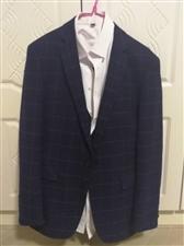 西服三件套   只在婚礼穿过一次  可赠送领带或领结2017年末新买的  绝对新款 没有洗过  价格...