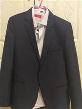 正版西服  只在婚礼上穿过一次  没有水洗过 新款 价格可议 可赠送领带或领结  本市可验货