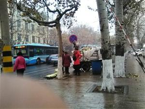 冬雨中,潍坊街头卖大白菜…