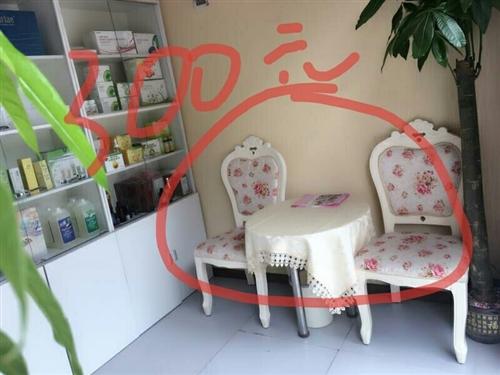 玻璃小圆桌一个,欧式椅子一个