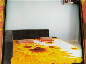 2.5/2.7米,布艺床7成新,售价1200元。