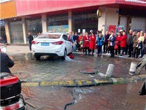 一小车把县政府广场右侧的消防栓撞断,水流一地