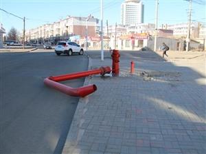 """消防""""水鹤""""倾倒,请过往车辆行人注意安全!"""