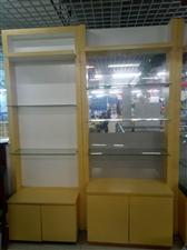 出售二手货柜和桌子。