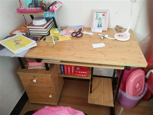 书桌两张,配椅子,简易沙发一套,可以放下来当床,茶几等都是去年三月买的,因为工作所以低价转让