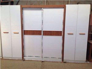 处理一套衣柜   全新   中间推拉1.6米   加两边边柜2.4米    2300元  市油区包送...