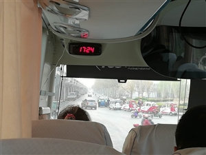 博兴交警路口帮熄火司机推车感人一幕!