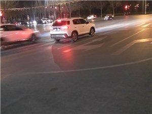 这路标线画的这样子,让开车的右转怎么走