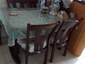 实木餐桌,带四把椅子要价1000元,可议价