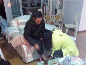 女给爹妈洗脚脚