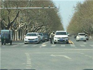一男子在路口太危险