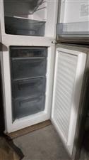 二手美菱冰箱。 冷藏室126 升, 冷冻室81升, 0.29千瓦时/24小时。 已使用三年。...