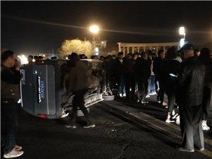 世纪广场东侧发生车祸,一面包车侧翻