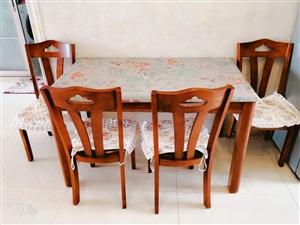 九成新实木餐桌带四把椅子,尺寸1.3米/0.8米,价格面议,电话:18743853588