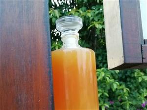 纯手工红薯醋是用独特的传统工艺酿造,首先挑选优质红薯洗净,然后进行高温蒸煮,再粉碎装缸,控温放曲发酵