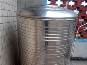 大型贮水罐,结实耐用,配备三角铁做成的底座,。