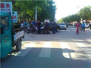 爆料:潍坊鸢飞路与前进街路口的一个交通事故,抢道容易发生意外!