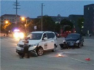于都县楂林工业园怡信路与龙门路十字路口发生两车相撞事故