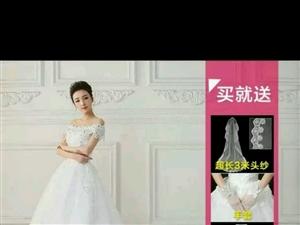 本人有一件婚纱一字肩长拖尾的礼服,就在结婚时穿过一次,现转卖,尺码L号,含3米头纱,裙撑,手套,和配...