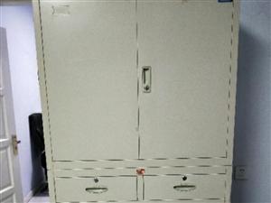 伟力铁卷柜,八成新,180X40X90,0.8mm厚度,所有柜门均有钥匙,开关自如,上下可拆卸。