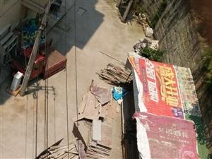 路边违建,影响居民生命安全。