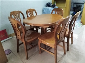 实木餐桌长1.1米,可加长至1.4米,宽0.9米,配有6把实木椅,九成新,有意者请致电!