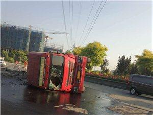 五里铺环岛发生了一起大货车侧翻事故