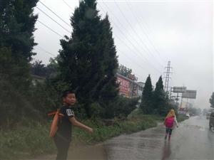 ~下水道严重堵塞,街道变成了小河~