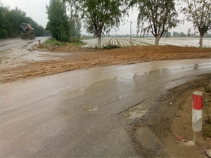 光明街与牧马路十字路口河习头的路被渣土车糟蹋成什么样子了?看看老百姓是怎么出行的?交通安全隐患,出了