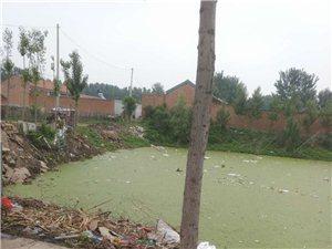 下五庄建幼儿园非得建在这可以雨季泄水的坑吗,请问雨水往哪里排希望有关部门去现场看看
