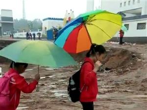 普通安置区小学的艰难求学路。