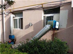 华天滨中家园北区,沿街楼快餐店往小区内排污水。
