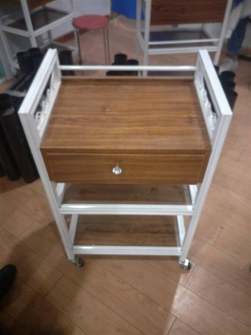 四张新的美容按摩床及新的床头柜,现出售