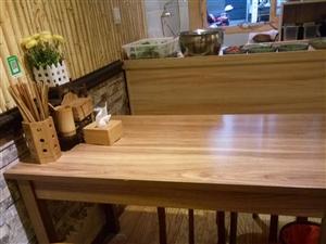 8成新长桌子带四个圆凳子便宜处理,可到店看货!谢谢!