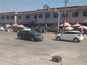 王府商城水晶街南口过街电缆坠落影响交通安全