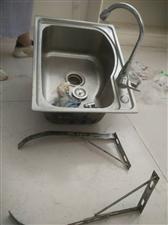 洗手刷碗盆不锈钢的有三脚架和软管。拿走就可以用价格便宜给钱就卖