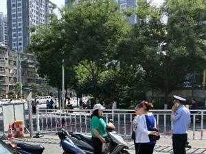 民警巡逻途中遇到交通事故及时救助。