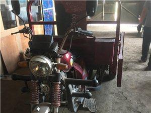 出售两台150摩托三轮车。一辆是新车,9成新。刚买不久。
