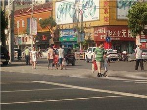 澳门威尼斯人游戏官网交警好样的,扶老人过马路!