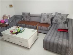 布艺沙发一套,买来四千多,八成新,现一千处理。
