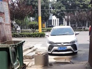 寒溪路新天城小区进出通道经常被违停车辆堵塞