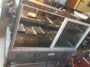 出售全新的无烟烧烤车,冷藏柜,冰柜,餐桌,餐桌,烧烤设备齐全,全部低价出售,用了俩个月不干了。低价低...